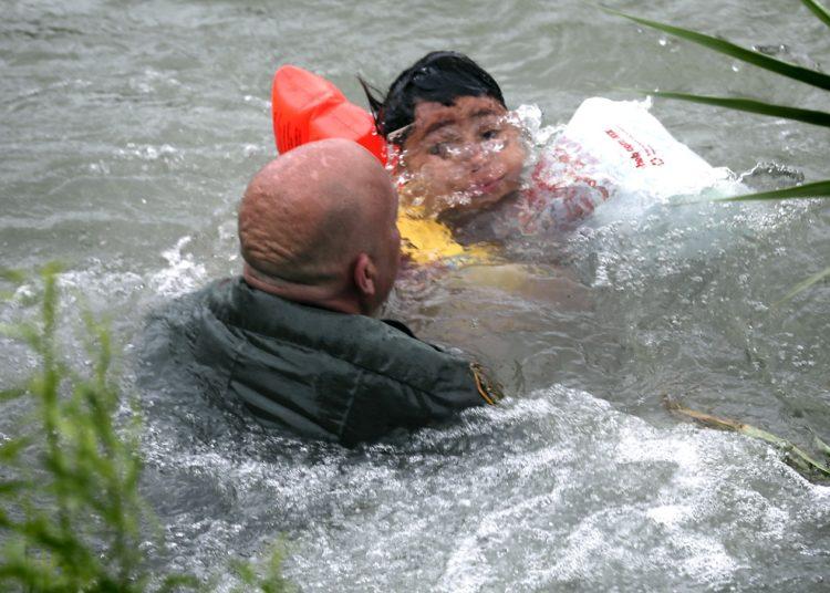 Veja fotos de resgate dramático de menino de 7 anos no Rio Grande, na fronteira entre EUA e México 1
