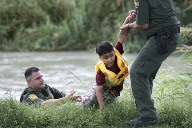 Veja fotos de resgate dramático de menino de 7 anos no Rio Grande, na fronteira entre EUA e México 4