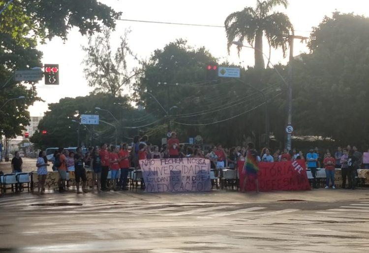 Cidades brasileiras têm manifestações contra bloqueios na educação 3