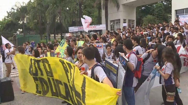 Cidades brasileiras têm manifestações contra bloqueios na educação 4
