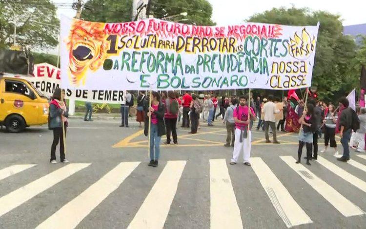 Cidades brasileiras têm manifestações contra bloqueios na educação 1